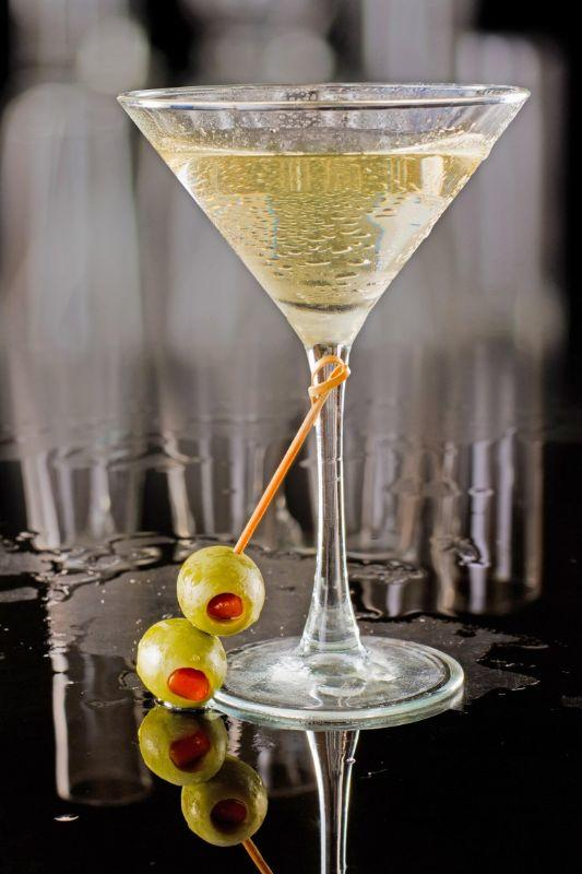 1040-martini-sporco-dirty-martini-cocktail-ricetta-originale-con-vodka-vermut-e-salamoia-di-olive.jpg